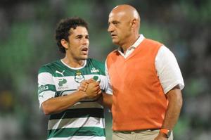 Hérculez Gómez, delantero del Santos, se acercó a saludar a José Luis Sánchez Solá, a quien conoció cuando estaban en el Puebla.