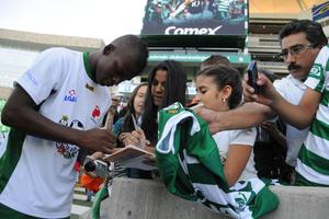 Los aficionados no perdieron la oportunidad de pedir autografos a los jugadores.