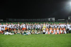 Santos y Vaqueros Laguna se unieron en una noble causa en el Estadio Corona, escenificando un atípico partido de futbol, donde los Guerreros se impusieron apuradamente 4-3.