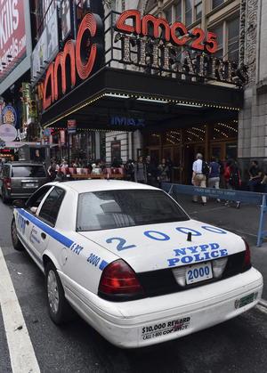Una patrulla se podía observar a las afueras del lugar donde ocurrió el trágico evento. (EFE)