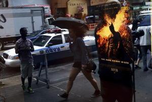 El cine donde ocurrió la matanza, por la mañana mostraba un poster de la premier de Batman. (EFE)