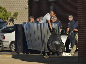 En busqueda de pistas también registraron los contenedores de basura del lugar donde se ubica el departamento del pistolero. (EFE)
