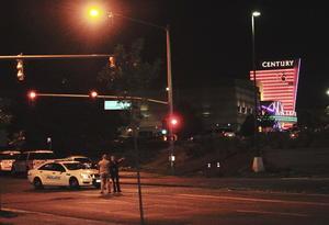 Poco después de la matanza, la policía detuvo en el estacionamiento detrás del cine a un sospechoso, de 24 años de edad. El joven portaba una escopeta, un rifle, una pistola y un chaleco antibalas. (EFE)