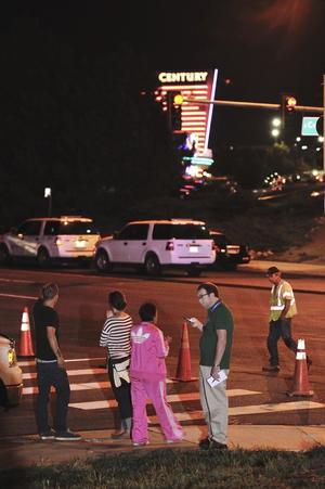 La gente se congregó frente a los cines Century esperando saber sobre lo ocurrido y el estado de las personas que asistieron a la premier. (EFE)
