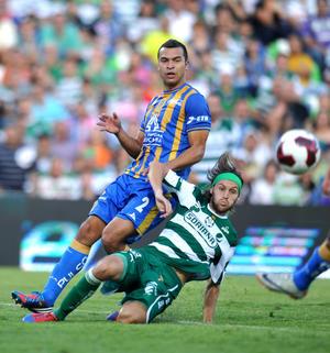 Centro de Marc Crosas al minuto 41 para Édgar Gerardo Lugo, pero se adelantó Jaime Correa y logró despejar el peligro.