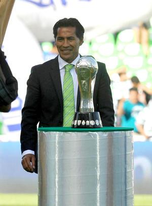Benjamín Galindo recibió un reconocimiento por haber ganado el título del Clausura 2012.