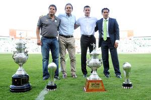 Cada uno de los cuatro técnicos campeones llevó al centro de la cancha el trofeo obtenido y enseguida elevó al cielo una estrella para simbolizar la hazaña lograda.