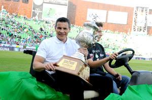"""Cada técnico dio la vuelta al Estadio Corona a bordo de un carrito con el trofeo conquistado durante su estancia en Santos Laguna, habiendo sido ovacionados por igual Alfredo Tena, Fernando Quirarte, Daniel """"El Travieso'' Guzmán y Benjamín Galindo."""