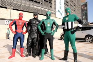 La afición lagunera asistió con sus disfraces de superhéroes.