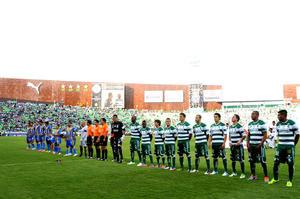 El campeón Santos Laguna estrenó su corona con un triunfo 2-1 sobre San Luis, habiendo remontado el marcador, ya que fue sorprendido por un gol tempranero de los potosinos.