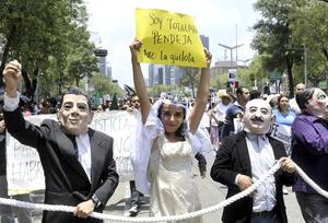 Jóvenes protestaron disfrazados de personajes del PRI en contra de los resultados de la elección presidencial.