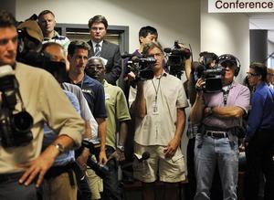 Medios de comunicación internacionales aguardaban en el juzgado de Centennial para conocer los detalles del caso.