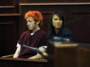 Holmes, de 24 años, se mostró ajeno a lo que sucedía en la sala del tribunal de Centennial (Colorado), sentado al lado de su defensora asignada de oficio.