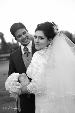 MUY  contentos el día de su boda Srita. Nadia Emilia Gonzá¡lez Calderillo y Sr. Luis Alberto Treviño Ramírez.- Érick Sotomayor Fotografía.