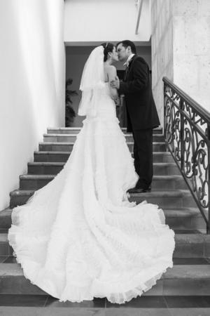 SRITA.  Lupita López García y Sr. Fabián Equihua Guillén, captados en fotografía de estudio el día de su boda.