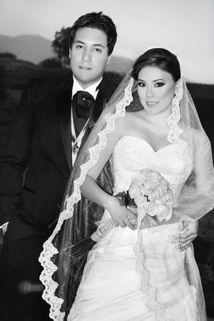 PAMELA  García Guerrero y Armando Eduardo Hoyos Flores captados el día de su boda.- Sandoval Fotografía.