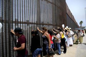 Ahí, el dirigente de la caravana, que recorrerá 27 ciudades estadunidenses, pidió a sus seguidores en ambos lados del muro un minuto de silencio por las víctimas de la violencia.