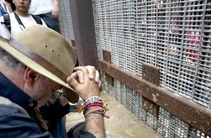 """Sicilia cruzó la frontera entre Tijuana (México) y San Diego (EE.UU.) para dar inicio a la """"Caravana por la Paz con Justicia y Dignidad"""", que busca crear conciencia en Estados Unidos sobre la necesidad de terminar con la guerra contra las drogas."""