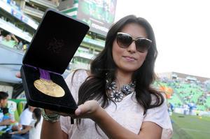 La esposa de Oribe mostraba la medalla olímpica que el jugador albiverde consiguió en Londres.