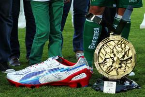 El presidente del equipo, Alejandro Irarragorri, fue el encargado de darle a Oribe una medalla gigante elaborada con material reciclable, así como un zapato gigante.
