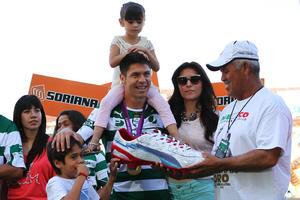 Al medallista de oro en Londres 2012, le fue entregado el metal por parte de su familia, de su esposa Mónica, así como de sus hijos Diego y Lia, en lo que fue un hecho conmovedor para el futbolista.