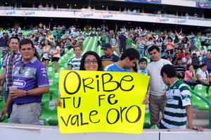 Las muestras de cariño de los aficionados santistas para Oribe Peralta, no se hicieron esperar y con pancartas y mantas, agradecieron la entrega del 'Cepillo' por haber conseguido para México, la medalla de oro en la capital británica.