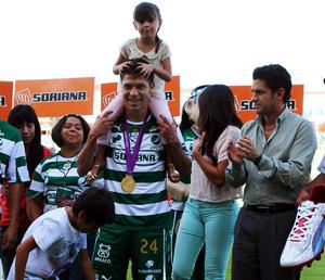 """Un momento imborrable vivió el """"Cepillo"""" Peralta en el Estadio Corona, instantes previos a que arrancara el duelo en el que Santos Laguna enfrentó a los Pumas UNAM."""