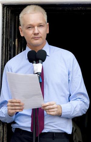 """Durante su esperada aparición desde que se refugió en la embajada ecuatoriana hace dos meses, Assange pidió que se detengan los intentos de perseguir a organizaciones periodísticas, """"llámese el New York Times o Wikileaks""""."""