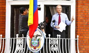 """""""Le pedí al presidente Obama hacer lo correcto. Estados Unidos debe renunciar a su 'cacería de brujas' contra Wikileaks"""", dijo Assange desde un balcón de la embajada de Ecuador en Reino Unido, donde está refugiado desde el 19 de junio pasado."""