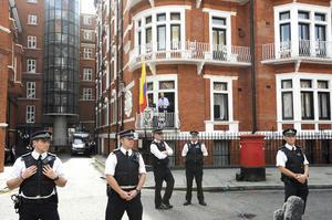 """El fundador de Wikileaks, Julian Assange, pidió hoy al presidente de Estados Unidos, Barack Obama, que detenga la """"cacería de brujas"""" contra ese sitio web que publica documentos secretos filtrados, su personal y sus simpatizantes."""