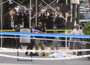 Sobre la acera quedó una de las dos personas que murieron. (AP)