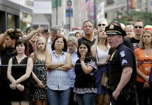 La gente se acercó a la escena del crímen, donde se mostraron sorprendidos ante el trágico hecho. (AP)