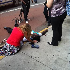 Fotografía compartida en Instagram por un testigo, donde se aprecia una víctima herida. (AP)
