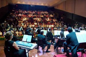 Entre miradas de admiración y remembranzas de quienes conocieron hace 60 años el Cine Teatro Ulloa y 30 años más tarde el Cine Centauro, ingresaron al nuevo espacio más de 300 personas. Quienes escucharon un concierto especial bajo la batuta del maestro Tatul Yeghiazaryan.