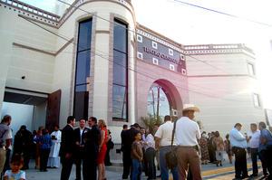 Ya tenemos teatro. Fue el comentario general de quienes asistieron anoche a la inauguración del Centauro del Norte. Minutos antes de que la Camerata de Coahuila tocara las primeras notas del concierto inaugural, el presidente municipal Roberto Carmona, definió el teatro como un espacio que cambaiará el rostro de la cultura de la ciudad.