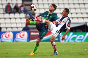 El santista Gerardo Lugo disputa un balón durante el partido de anoche en Pachuca.