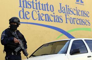 Elementos del Ejército resguardaron las inmediaciones del Servicio Médico Forense (Semefo), ubicado en la Calle Belén, en el centro de Guadalajara.