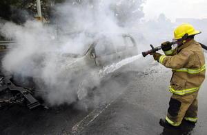 En el estado de Colima al menos tres vehículos fueron incendiados y colocados en carreteras; autoridades presumen que podría tratarse de una extensión de los narcobloqueos que se registraron la tarde de este sábado en Jalisco.