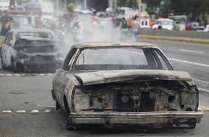 Entre tanto, en el municipio de Tototlán, en la región ciénega del estado, policías locales advirtieron del incendio de un auto compacto en la carretera que va hacia Atotonilco.