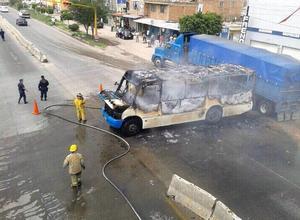 Por otra parte la Dirección de Seguridad Pública de La Barca, en los límites con Michoacán, reportó que fue incendiado un autobús de pasajeros.