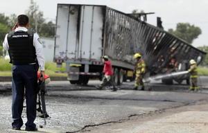 Policías de Ixtlahuacán de los Membrillos, municipio al sur de la zona metropolitana de Guadalajara, informaron que alrededor de las 04:30 horas de este domingo, fue incendiado una pipa cargada con agua en la carretera Guadalajara - Chapala a unos metros del entronque con la carretera Santa Rosa - La Barca.