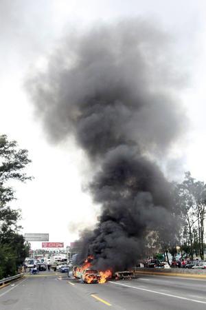 Al menos cinco bloqueos en carreteras de Jalisco, se registraron esta madrugada de domingo al parecer perpetrados por integrantes del cártel de Jalisco Nueva Generación.