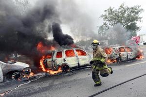 Al menos cinco bloqueos ligados al crimen organizado en carreteras de Jalisco se registraron la madrugada del domingo,  luego de los 22 que se desataron el día antes.