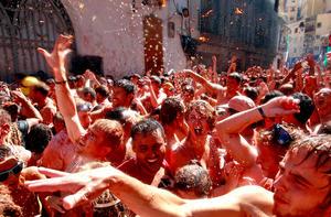 """El festejo, que se estima dejará beneficios económicos en torno a los 300 mil euros (376 mil dólares),  recibió a miles de personas que se enzarzaron en una """"guerra"""" de tomates por las principales calles de la localidad."""