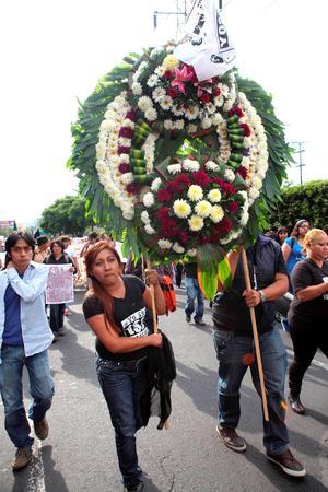Un minuto de silencio y una corona fúnebre. Acababan de enterrar a la democracia, a través de un performance.