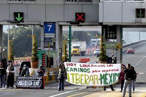 """Antes de la sesión, estudiantes del movimiento """"#YoSoy132"""" tomaron casetas de peaje en las autopistas de México a Cuernavaca y Querétaro y por la tarde marcharon desde Ciudad Universitaria hasta la sede del Tribunal con coronas fúnebres."""