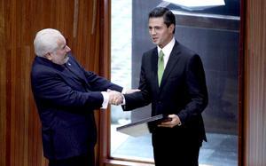 Peña Nieto recibió la constancia de mayoría de manos del presidente del Tribunal, Alejandro Luna Ramos, cuando afuera del recinto se encontraban decenas de manifestantes que protestaban la declaración de validez de la elección presidencial.