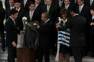 En la conclusión del acto, directivos, jugadores y cuerpo técnico obsequiaron al presidente una sudadera, y a su esposa Margarita Zavala una playera y un balón autografiado.