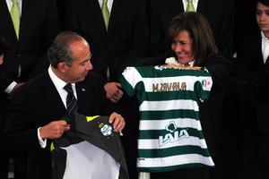 Felipe Calderón y su esposa Margarita Zavala, recibieron la playera del campeón del Clausura 2012, Santos Laguna.