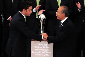 El presidente Felipe Calderón Hinojosa recibió en el Palacio Nacional al equipo de futbol Santos Laguna, que fue el conjunto campeón del Torneo de Clausura 2012 del balompié nacional.